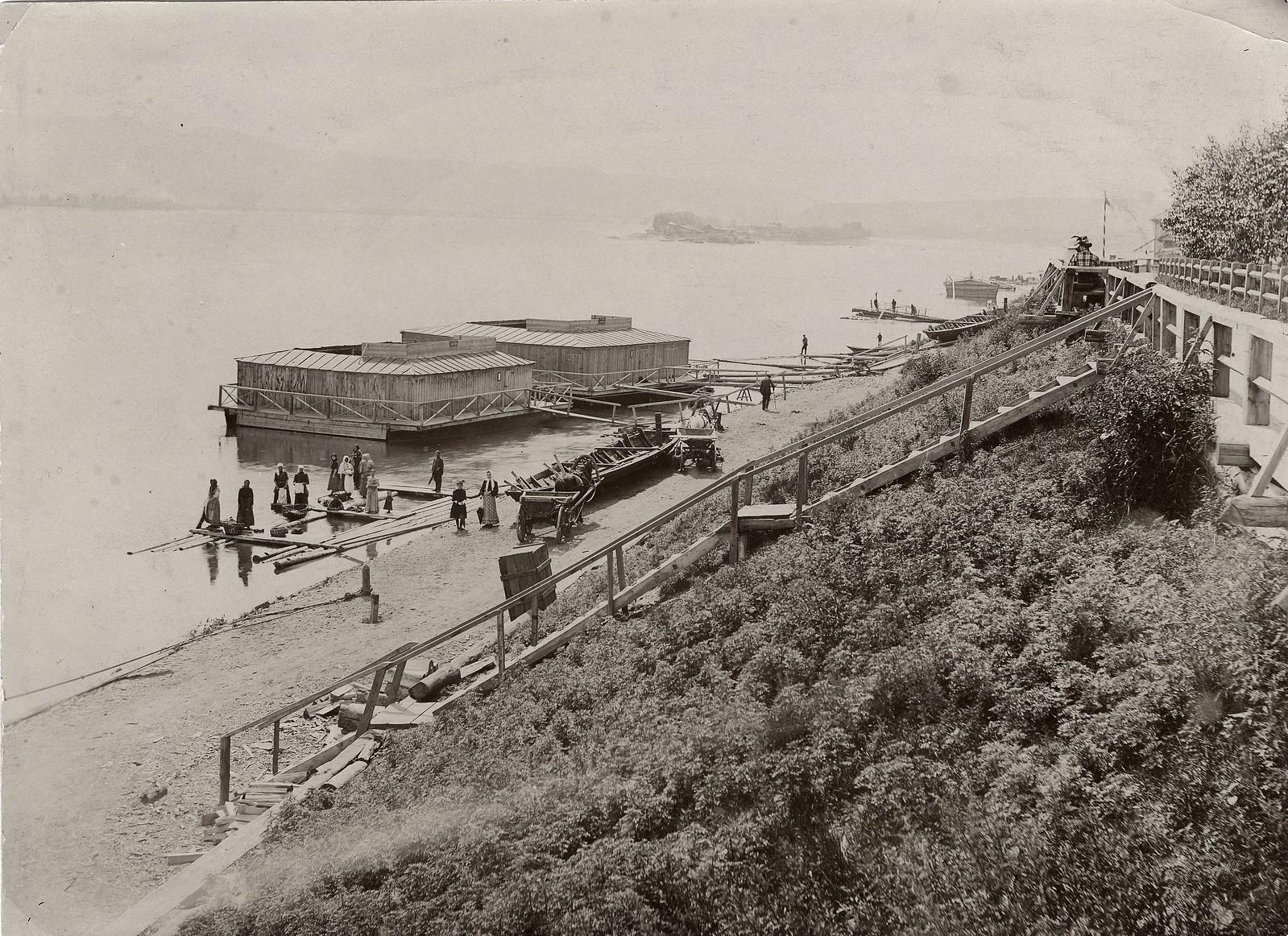 Городские купальни на берегу Енисея. 1900