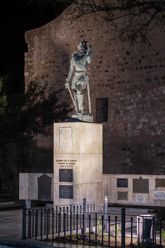 Colocan nueva luminaria en la Plazoleta del Fundador e iluminan el Arco de Córdoba