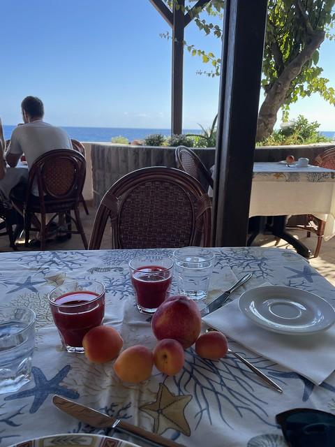 Gesundes Frühstück mit Sicht aufs Meer