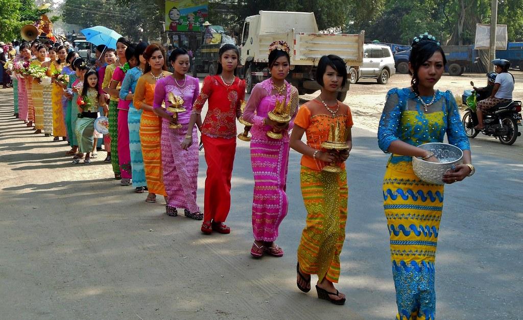 MYANMAR , Burma,  -  Prozession bei Bagan- Nyaung-U. , Mädchen  bei der Shinbyu-Zeremonie , 78406/13826