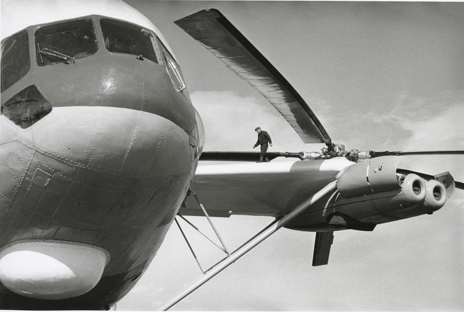 1971. Сверхтяжелый транспортный вертолет В-12 (МИ-12) для перевозки различных видов боевой техники, включая баллистические ракеты.1