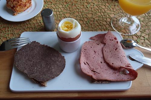 Hackbraten und Fleischkäse auf Majannebrot zum Frühstücksei
