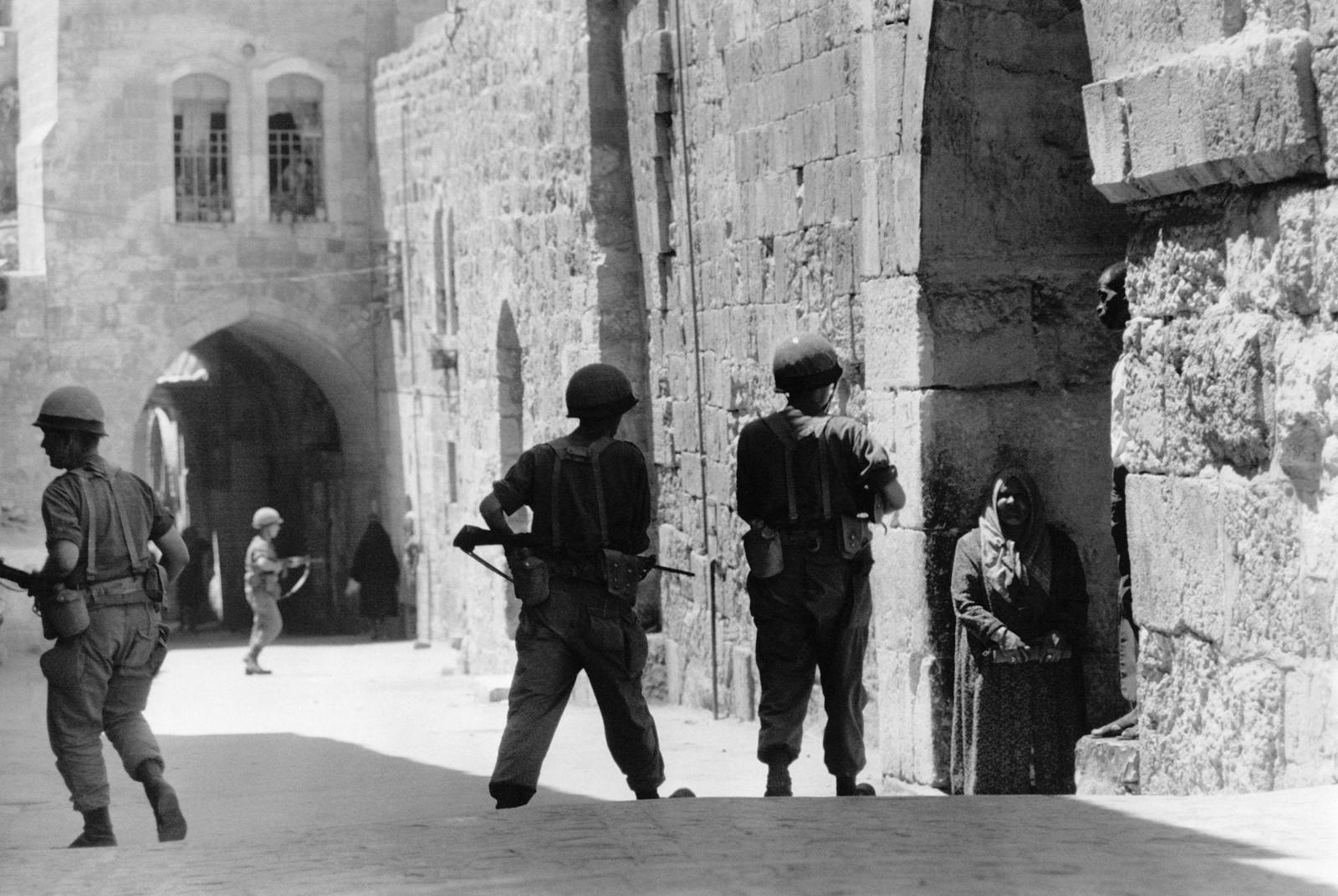 12. Израильские солдаты патрулируют улицы Иерусалима во время протестов после сожжения мечети Аль-Акса 21 августа