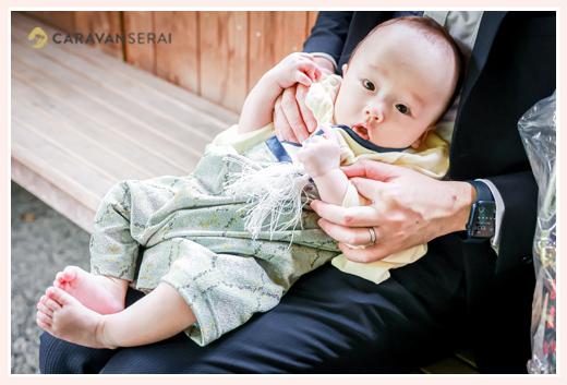 お宮参りの日 袴ロンパースを着た男の子赤ちゃん