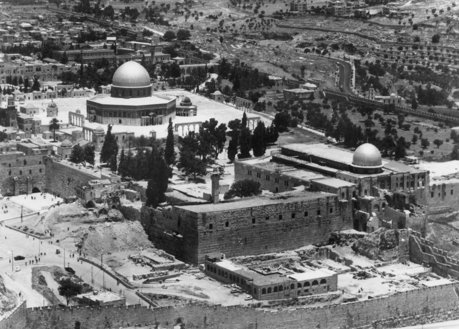 12. Вид с воздуха на мечеть Омара и мечеть Аль-Акса, поврежденную огнем. 23 августа