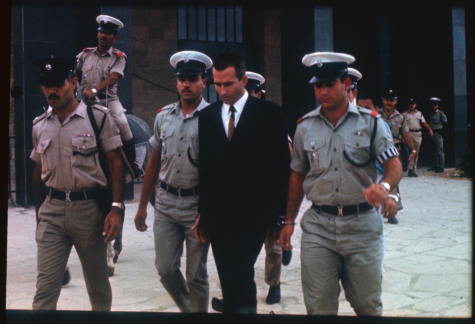 16. Денис Майкл Рохан вышел из здания суда, где ему были предъявлены обвинения в поджоге мечети Аль-Акса в Иерусалиме. 8 октября