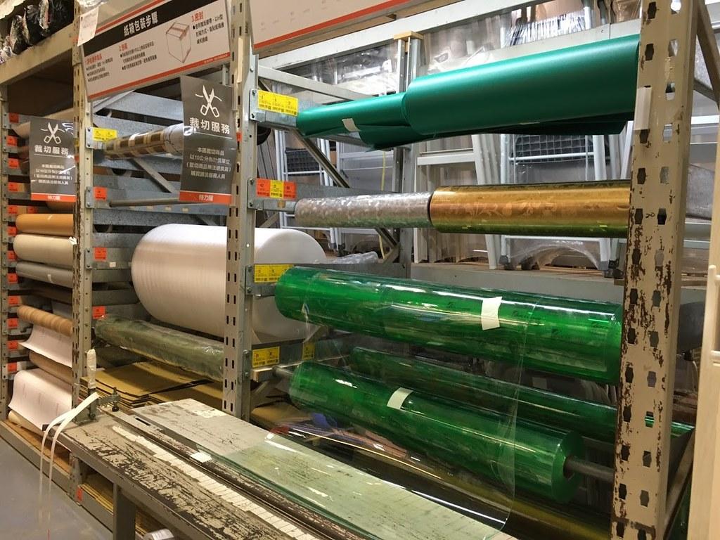 特力屋賣場內未標示材質的塑膠桌墊,都是PVC製造。照片來源:看守台灣協會