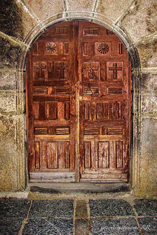 Puerta de la iglesia de Piedralaves