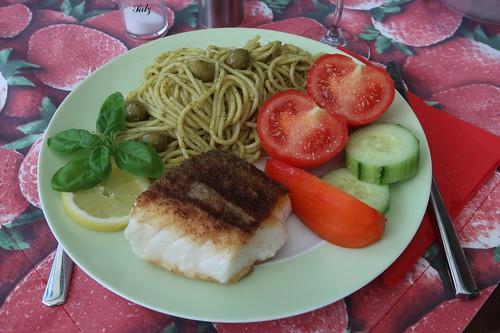 Auf der Haut gebratener Skrei zu Spaghetti mit Basilikum-Pesto und grünen Oliven (mein Teller)