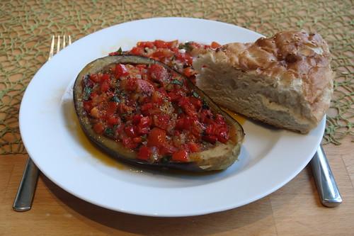 Vegetarisch gefüllte Auberginen mit Fladenbrot (mein Teller)
