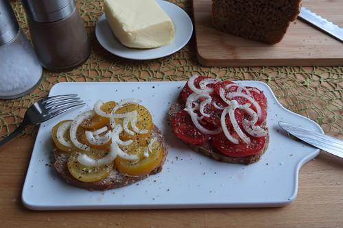 Frisch gebackenes Dinkelvollkornbrot mit gelben bzw. roten Tomaten
