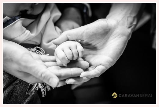 親子3人(赤ちゃん) 手のアップ写真 モノクロ