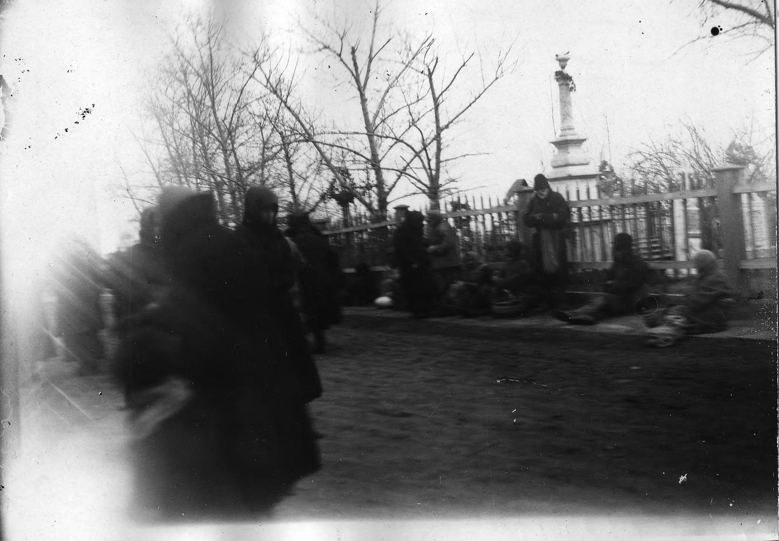 Красноярские нищие при входе на кладбище в «родительский день». 1900