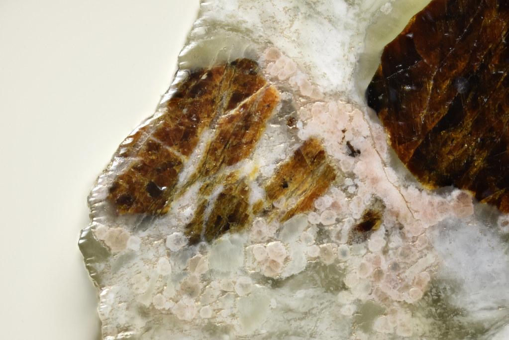 タウソン石 / Tausonite