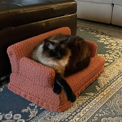 Just look at the awesome cat couch Debbie (@love.knit.spin.weave)'s sister Carol crocheted to give to her for her cat!!
