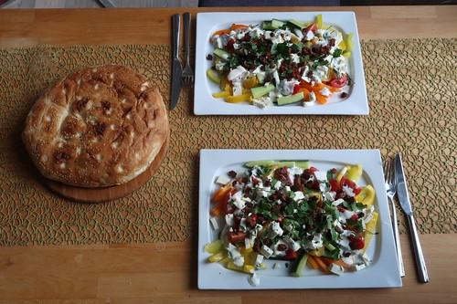 Fladenbrot zu Paprika-Salat mit Schafskäse und Croûtons