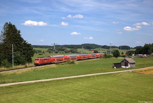 111 031-1 mit dem RE57412 von München nach Memmingen bei der Ausfahrt aus Sontheim