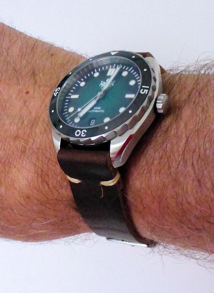 phoibos eagle ray leather wrist