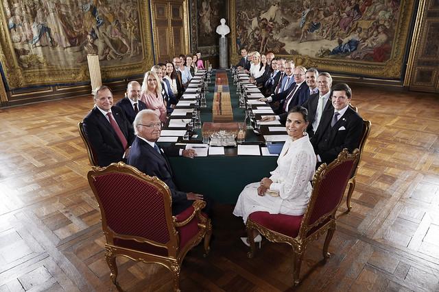 Koning Carl Gustaf van Zweden en Kroonprinses Victoria van Zweden aanwezig bij regeringsbijeenkomst t.g.v. benoeming van de nieuwe regering (2021)