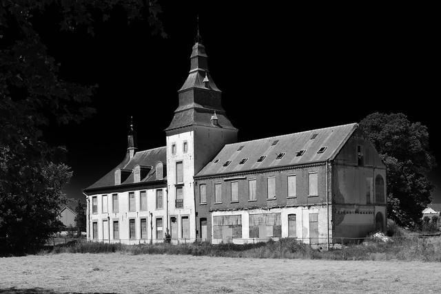 Verlaten kasteeltje (zwart-wit).