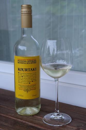 Retsina Kourtaki (= verhältnismäßig mild gehartzter Weißwein aus Griechenland)