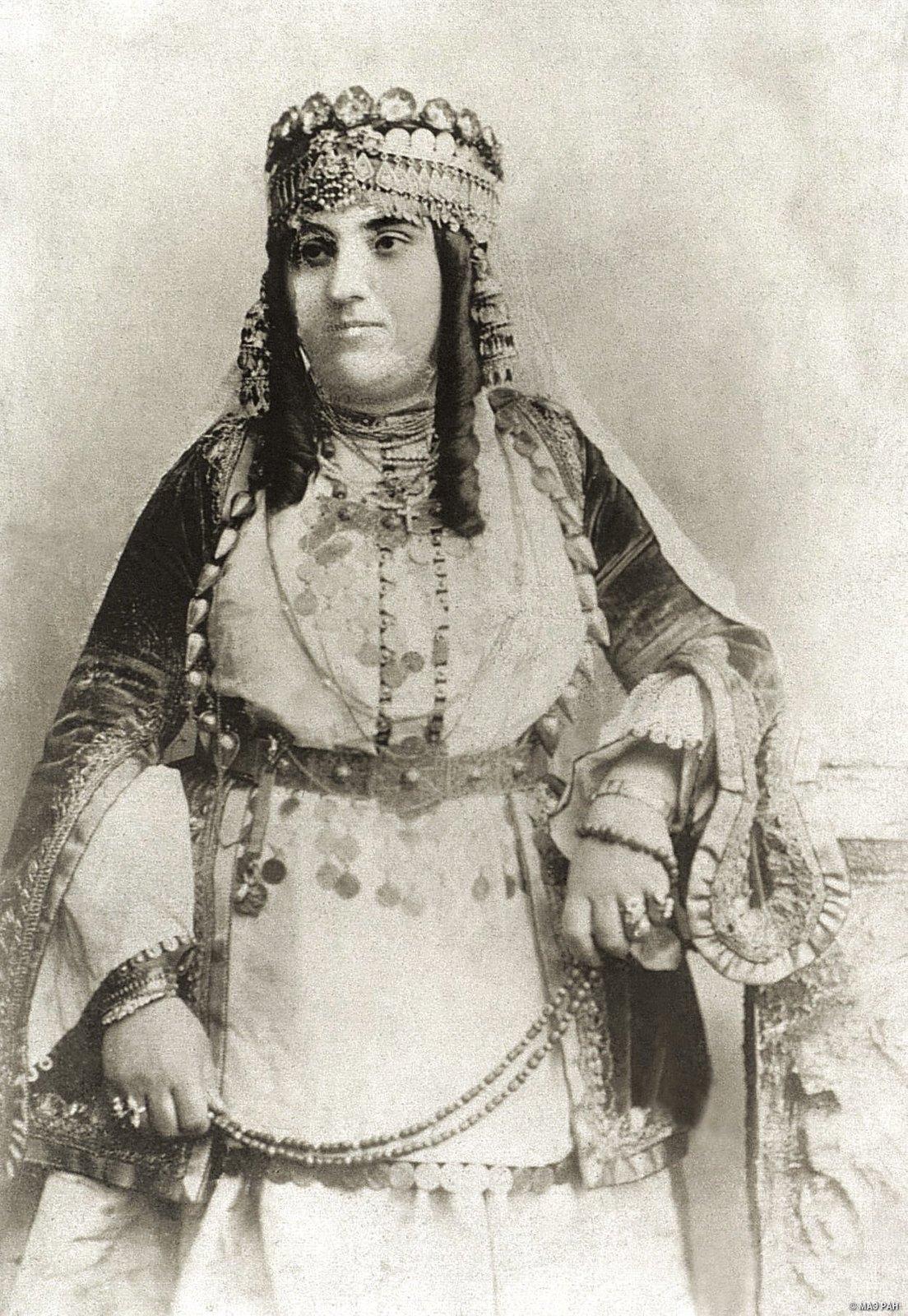 Портрет женщины в богатом традиционном костюме