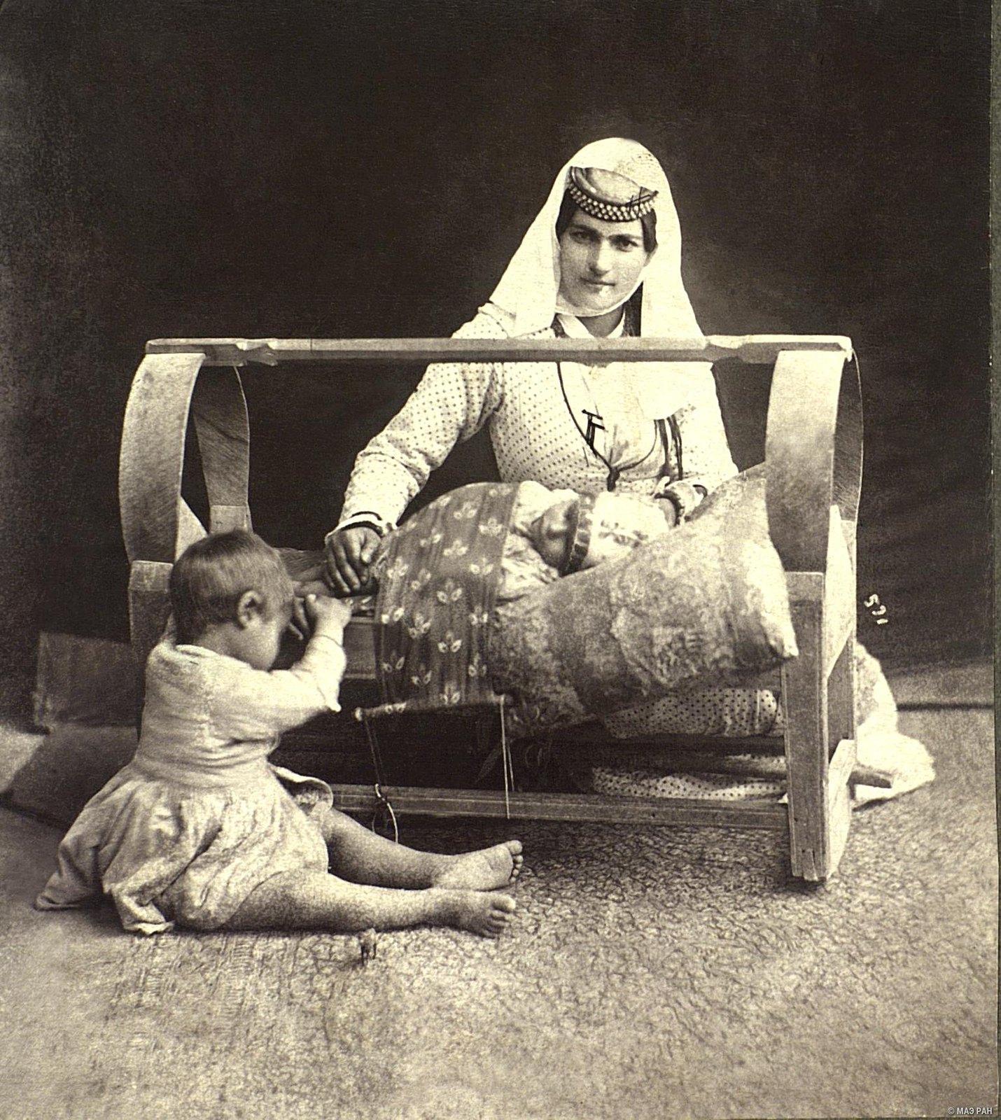Женщина у колыбели.