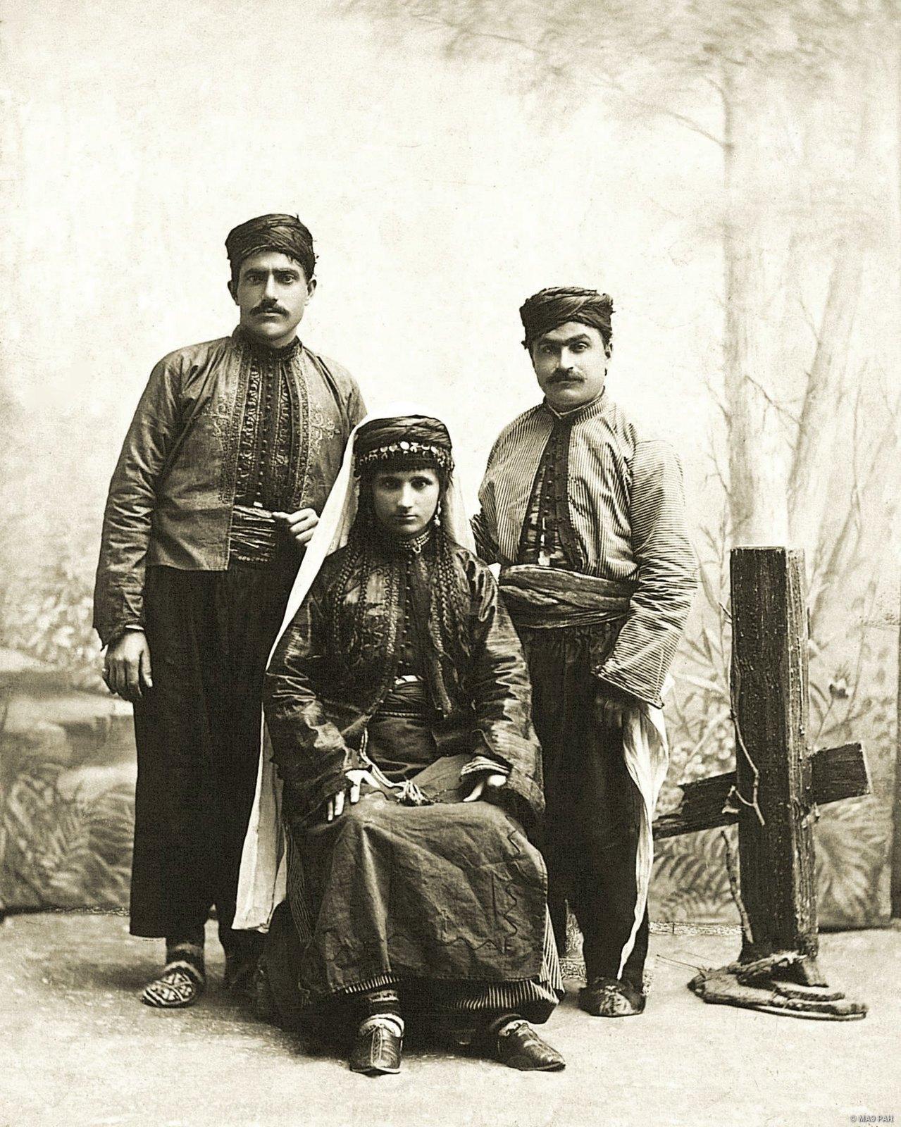 Групповой портрет мужчин и женщины в традиционных костюмах