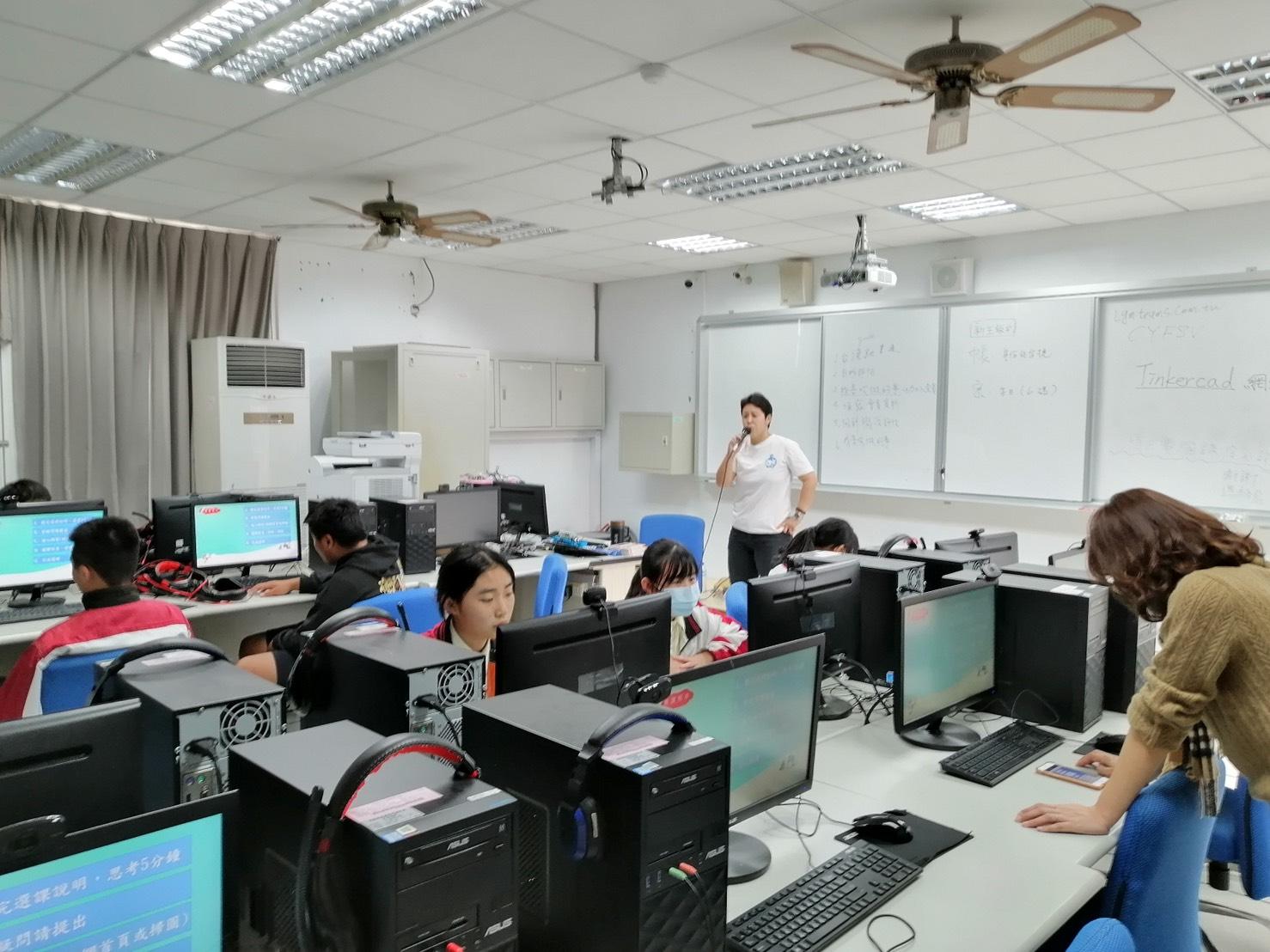 雲端課程可供學生自主學習。(六龜高中提供)