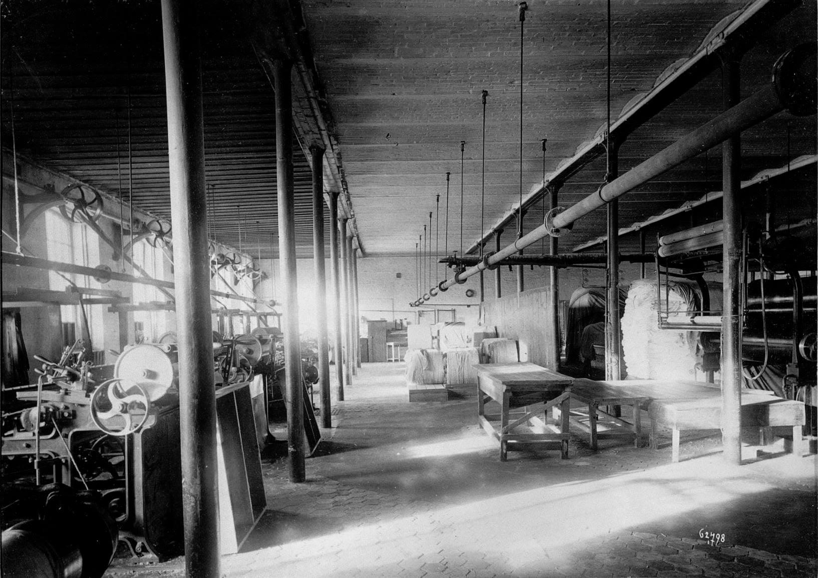 Вид ткацкого цеха фабрики Трехгорной Прохоровской мануфактуры.