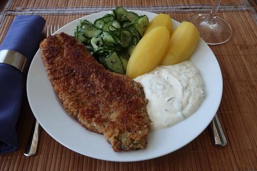 Paniertes Rotbarschfilet mit Gurkensalat, Salzkartoffeln und Joghurtsoße (mein Teller)