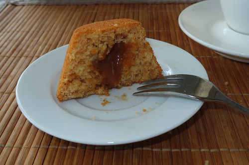 Mini-Rührteigkuchen mit Salted Caramel Füllung (angeschnitten)