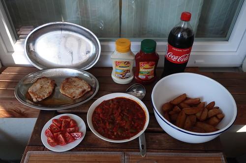 Coca-Cola zu kurz gebratenen Schweineschnitzeln mit selbstgemachter Zigeunersoße und frittierten Kartoffelspalten mit Mayonnaise