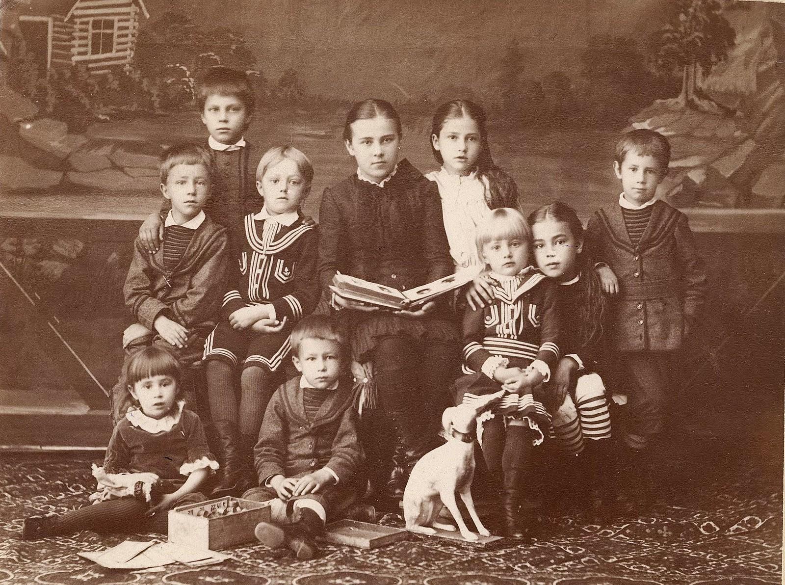 Дети из родственных семей Рачковских, Шепетковских, Шнейдер. 1890-е