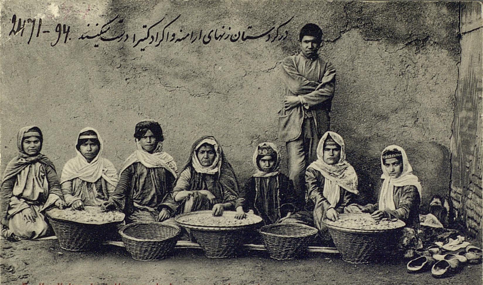 Женщины за приготовлением адраганта (камеди)
