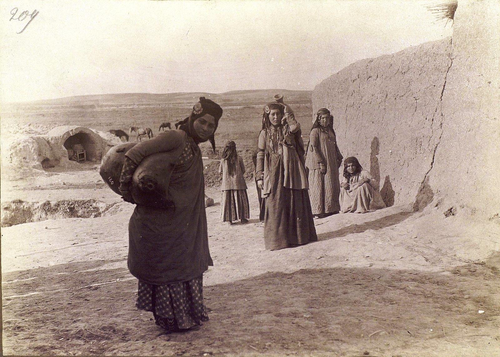 Армянки по дороге в Бодан