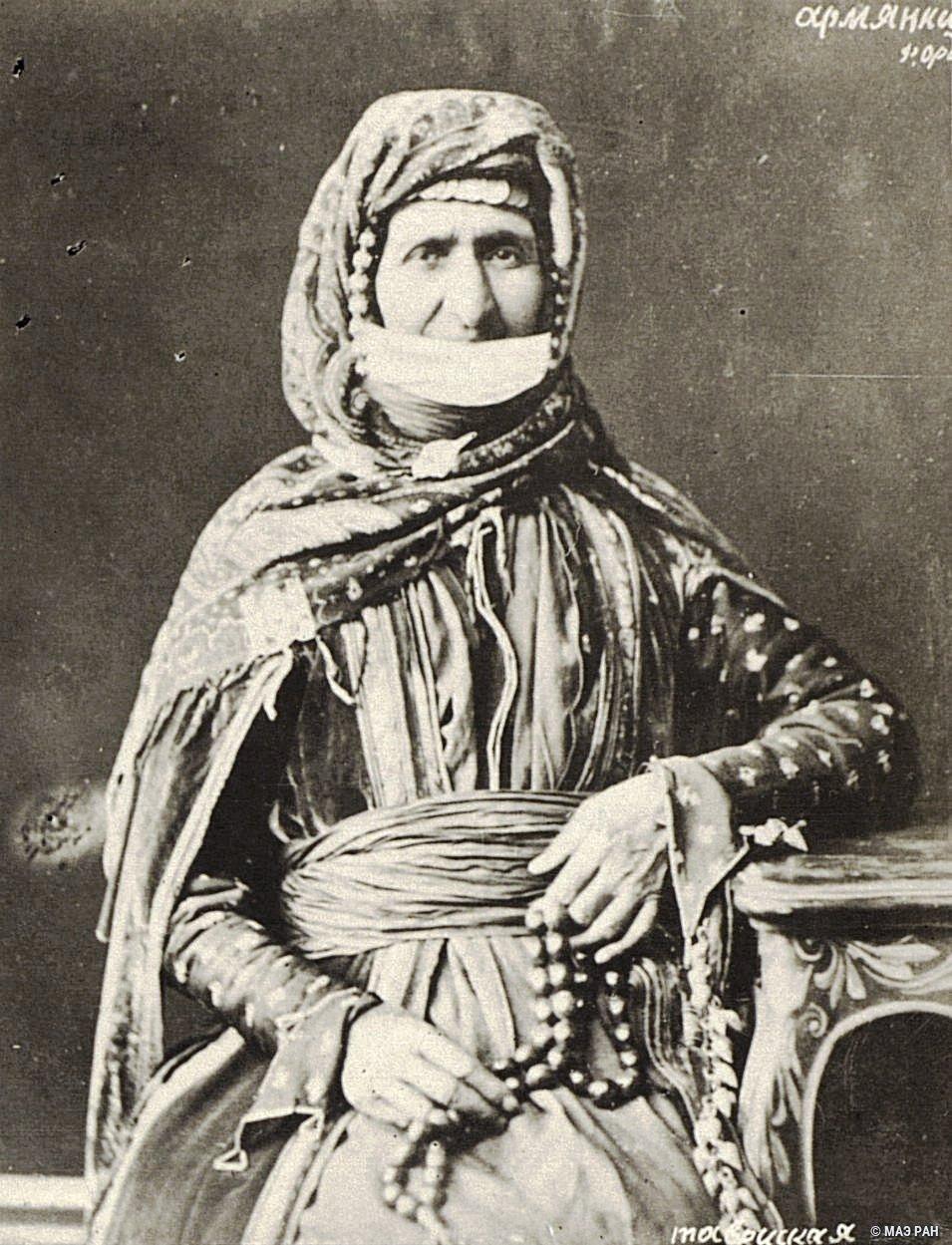 Портрет пожилой женщины в национальном костюме