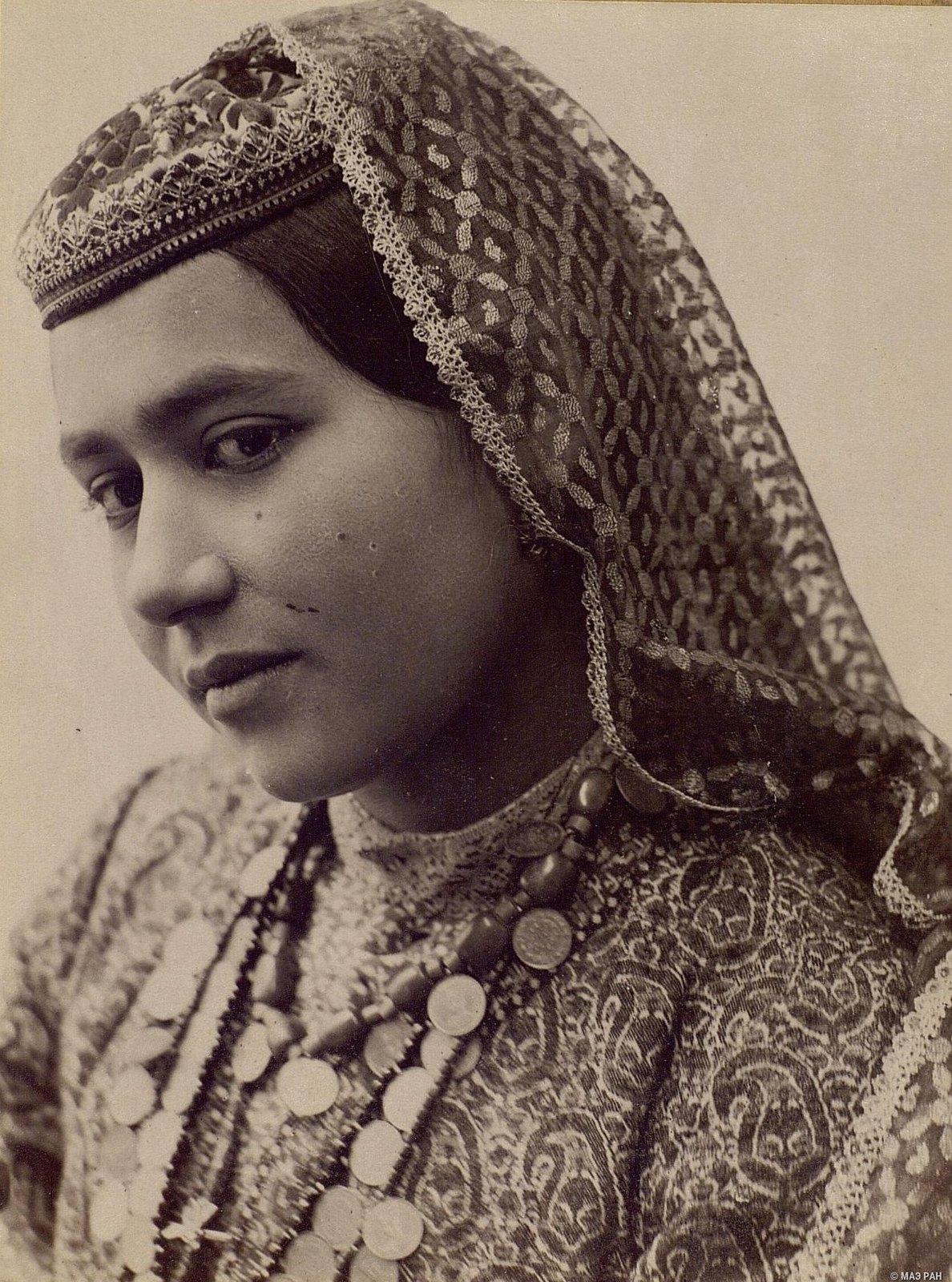 Портрет девушки в традиционном костюме