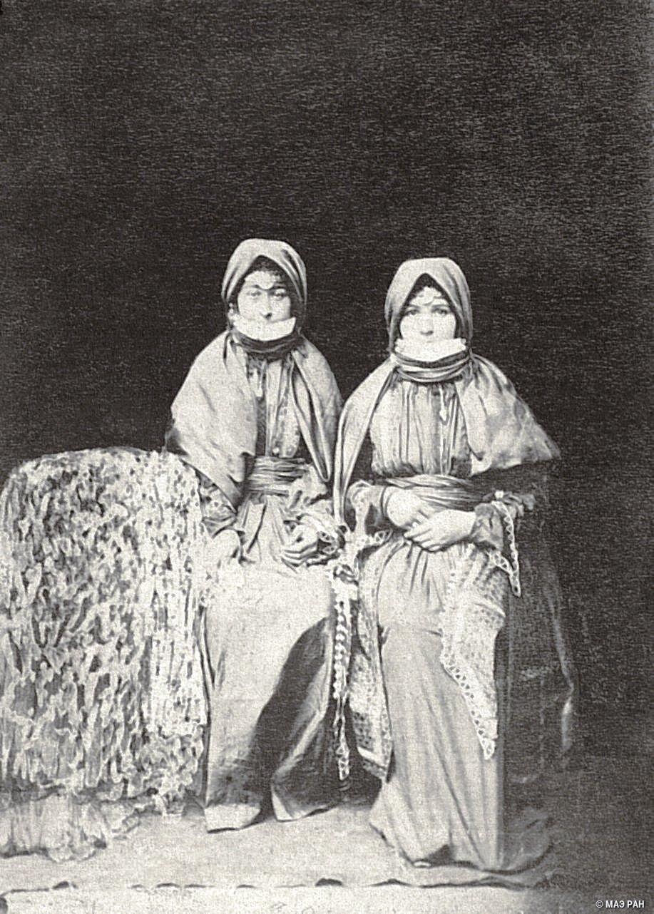 Женщины в традиционных костюмах
