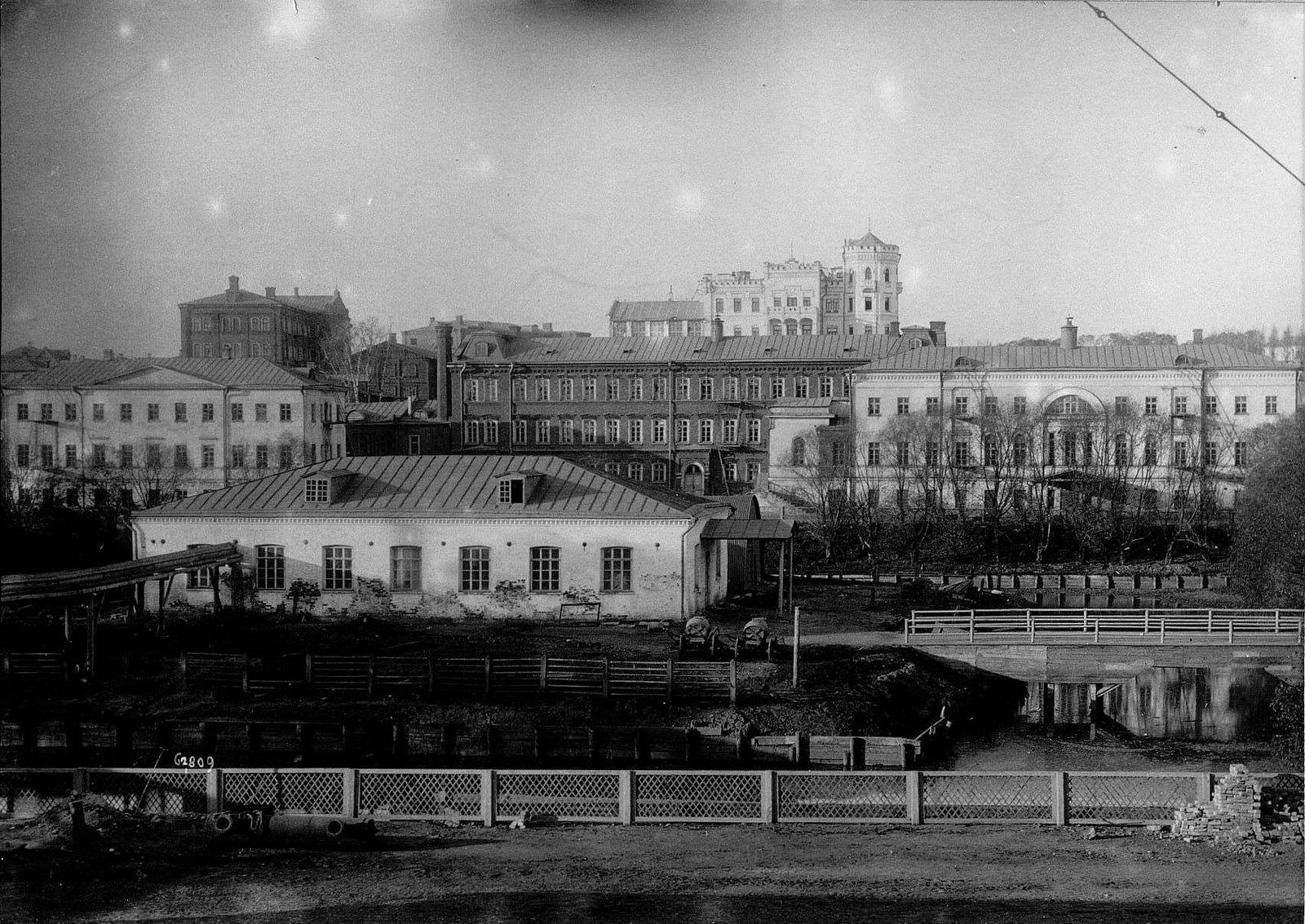 Вид фабричных зданий со двора фабрики