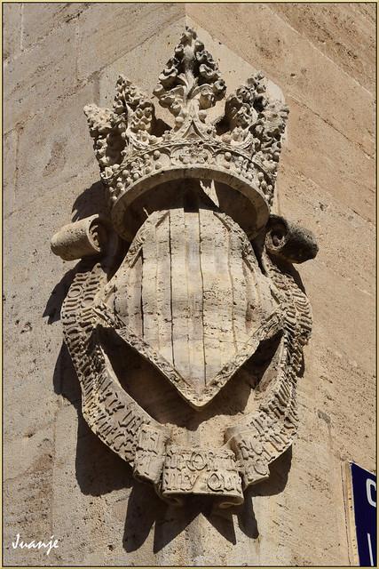 Escudo en la Lonja de la Seda (Valencia, Comunidad Valenciana, España, 12-6-2021)