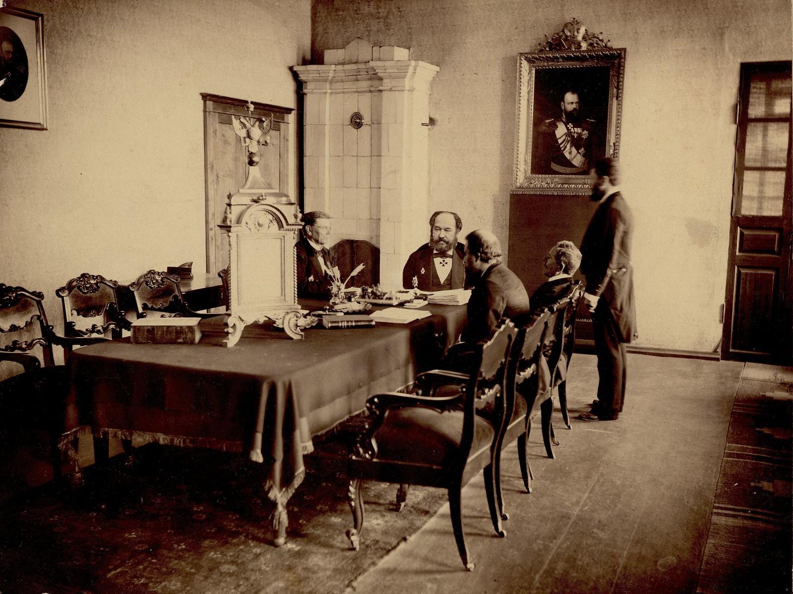 Служебный интерьер дореформенного красноярского городского суда. 1890