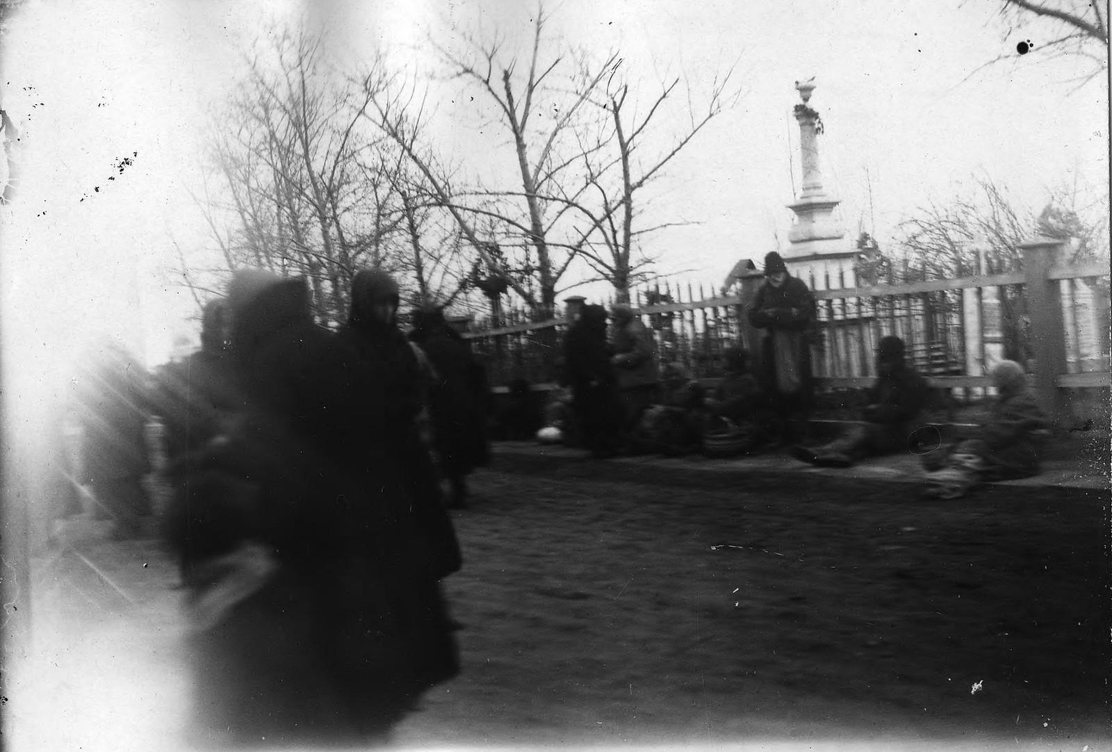 Красноярские нищие при входе на кладбище в родительский день