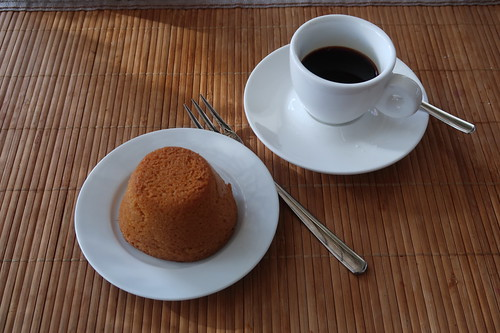 Espresso zu Mini-Rührteigkuchen mit Salted Caramel Füllung