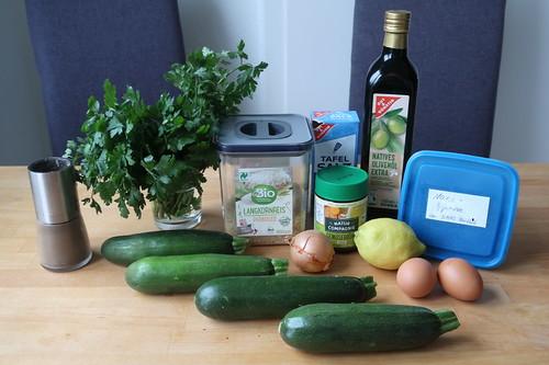 Zutaten für Kolokythákia avgolémono ( = Gefüllte Zucchini mit Ei-Zitronen-Soße)
