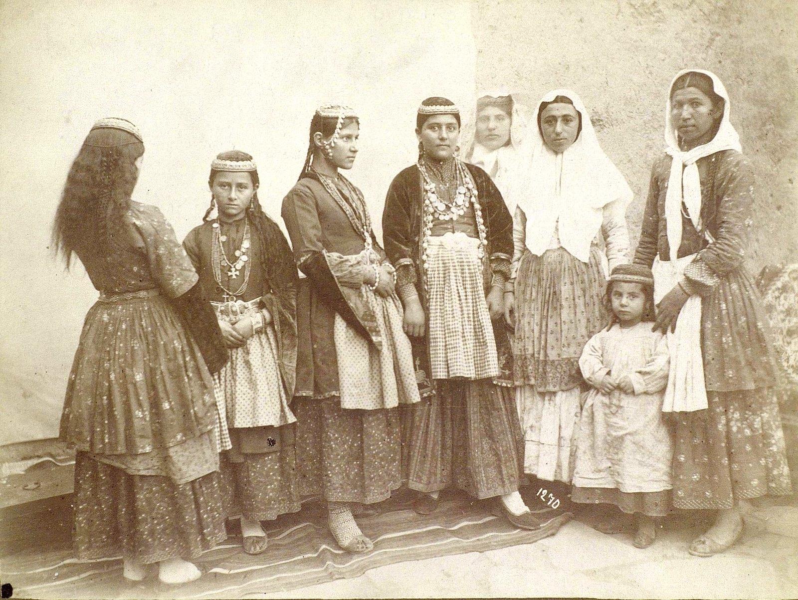 Групповой портрет армянок в традиционных костюмах