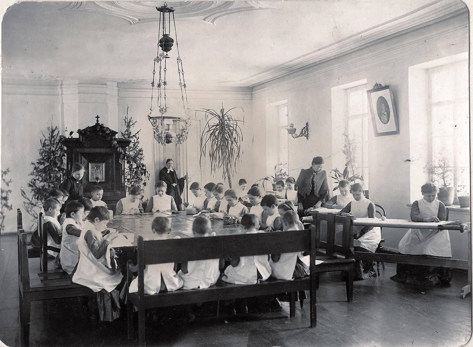 Урок рукоделия во Владимирском детском приюте. 1890-е