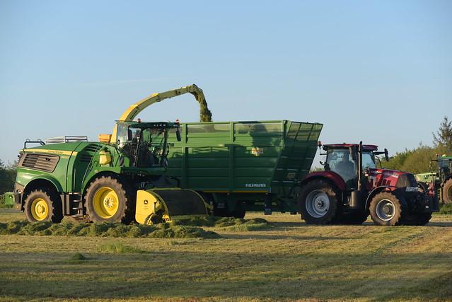 John Deere 9600 SPFH filling a Smyth Trailers Super Cube Field Master Trailer drawn by a Case IH Puma 165 Tractor