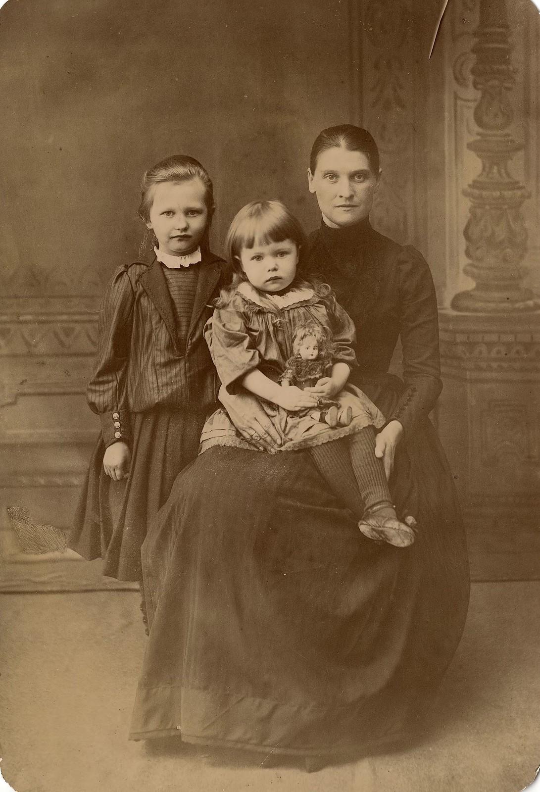 Крутовская Лидия Симоновна с дочерьми Лидией и Еленой. 1890
