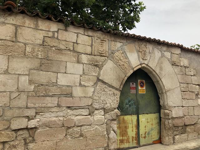 Antigua puerta gótica del Palacio de los Quirós en Torrelaguna